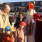 NLD/Huizen/20061118 - Intocht Sinterklaas 2006 Huizen, Jaap Weijermans en kinderen bij Sinterklaas