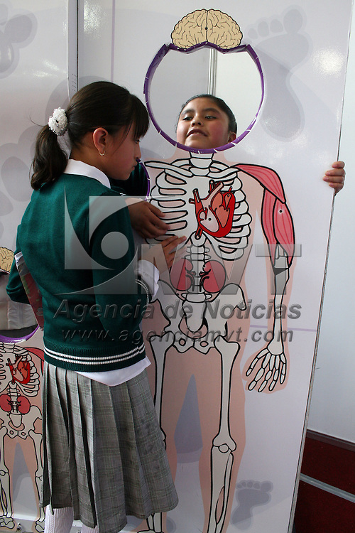 LERMA, Mex.- Cientos de jóvenes estudiantes de primara, secundaria y preparatoria disfrutaron del Espacio Mexiquense de Ciencia y Tecnología, en donde aprendieron a disfrutar de la ciencia. Agencia MVT / José Hernández. (DIGITAL)<br /> <br /> NO ARCHIVAR - NO ARCHIVE
