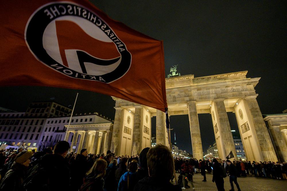 20 FEB 2020, BERLIN/GERMANY:<br /> Die Flagge der Antifaschisteischen Aktion weht waehrend einer Gedenkveranstaltung für die Opfer des Anschlags in Hanau vor dem Brandenburger Tor<br /> IMAGE: 20200220-02-033<br /> KEYWORDS: Gedenken, Terror, Anschlag, Mahnwache, Demo, Demonstration, Versammlung, Fahne, Antifa