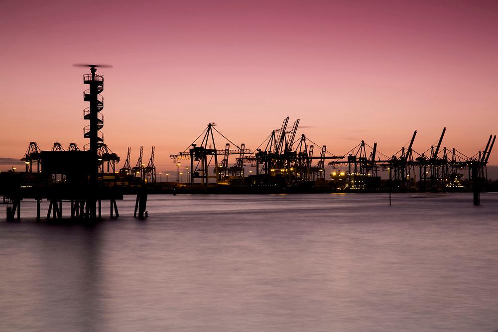 Norderelbe mit Blick auf die Kräne bei Sonnenuntergang