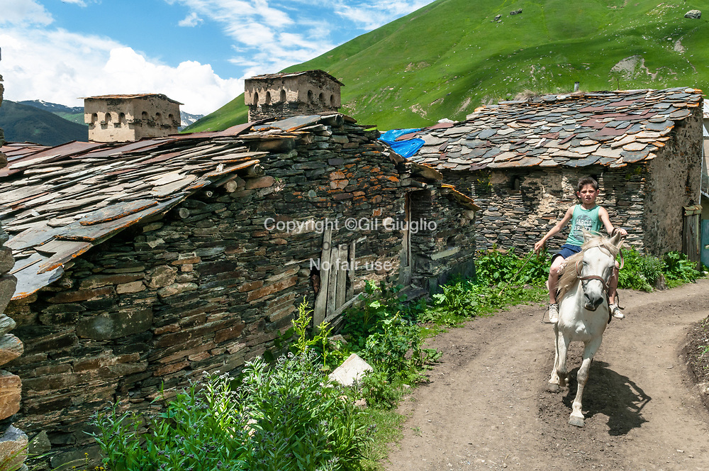 Georgie, région  Haute-Svanetie, rue du village de Ouchgouli à 2130 mètres // Georgia, Hight Svanezia region, street of Ushguli village localised at 2130 meters