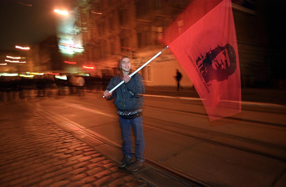 Proteste gegen den Nato Summit in Prag - junger Mann mit Che Guevara Flagge.<br /> <br /> Protest against the NATO summit - young man with Che Guevara flag.