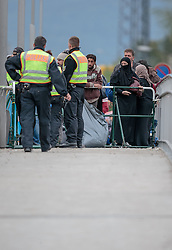 25.09.2015, Grenzübergang, Freilassing, AUT, Fluechtlingskrise in der EU, im Bild Flüchtlinge an der Grenze zu Österreich, Polizisten bewachen die Grenze // Poliveman watch to Migrants on the Austrian Border. Thousands of refugees fleeing violence and persecution in their own countries continue to make their way toward the EU, border crossing, Freilassing, Germany on 2015/09/25. EXPA Pictures © 2015, PhotoCredit: EXPA/ JFK