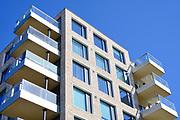 Appartementen met balkons tijdens een zonnige dag met een blauwe lucht | Apartments with balconies during a sunny day with a blue sky
