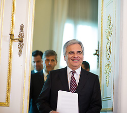 15.10.2013, Bundeskanzleramt, Wien, AUT, Bundesregierung, Pressefoyer nach Sitzung des Ministerrats, im Bild Bundeskanzler Werner Faymann SPOe, dahinter Vizekanzler und Bundesminister <br /> fuer europaeische und internationale Angelegenheiten Michael Spindelegger OeVP // Federal Chancellor Werner Faymann SPOe in front of Vice chancellor and Minister of Foreign Affairs Michael Spindelegger OeVP during press foyer after council of ministers, Chancellors Office, Vienna, Austria on 2013/10/15, EXPA Pictures © 2013, PhotoCredit: EXPA/ Michael Gruber