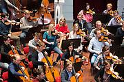 Koningin Maxima woont een repetitie bij van het orkest tijdens een werkbezoek aan het Koninklijk Concertgebouw Orkest. Maxima is beschermvrouwe van het orkest<br /> <br /> Queen Maxima attends a rehearsal of the orchestra during a working visit to the Royal Concertgebouw Orchestra. Maxima is the patroness of the orchestra