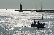 Spanien Spain,Mallorca Balearen..Port d'Andratx..Port d'Andratx, Bucht mit Leuchtturm, glitzerndes Wasser..bay with lighthouse in glittering water....