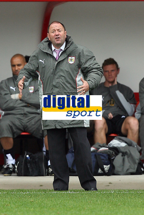 Photo: Paul Greenwood.<br />Blackpool v Bristol City. Coca Cola Championship. 18/08/2007.<br />Bristol's manager Gary Johnson appeals to his players