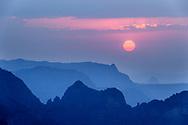 Silhouetten von Gebirgszügen und Steilwänden im Simien Nationalpark bei Sonnenuntergang, Debark, Region Amhara, Äthiopien<br /> <br /> Silhouettes of mountain ranges and cliffs in Simien National Park at sunset, Debark, Amhara Region, Ethiopia