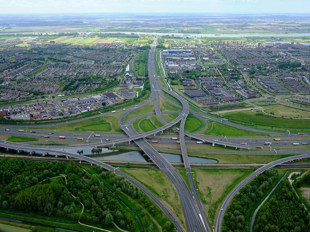 Nederland, Zuid-Holland, Rotterdam, 14-05-2020; IJsselmonde, Charlois. Vaanplein. Kruising A 29 met A15,windmolenknooppunt. A29 richting Oude Maas en BArendrecht.<br /> Traffic junction Vaanplein.<br /> <br /> luchtfoto (toeslag op standard tarieven);<br /> aerial photo (additional fee required);<br /> copyright foto/photo Siebe Swart