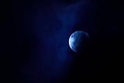 """""""He visto la creación de infinitos sistemas estelares más allá de vuestro mundo.<br /> <br /> Los sonidos y silencios de las más remotas galaxias estallar en nebulosas de luces y sombras.<br /> <br /> He conocido otros universos, ancestrales, oscuros y habitados"""".<br /> <br /> Plenilunio / superluna azul, 31 de enero de 2018.<br /> <br /> EDICIÓN LIMITADA (50)"""