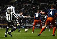 Fotball<br /> UEFA-cup 2004/05<br /> Newcastle v Heerenveen<br /> 24. februar 2005<br /> Foto: Digitalsport<br /> NORWAY ONLY<br /> Newcastle's Alan Shearer (C) fires in his team's second goal from a carefully worked free-kick