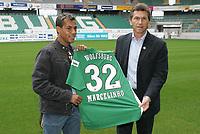 Fotball<br /> Tyskland<br /> Foto: imago/Digitalsport<br /> NORWAY ONLY<br /> <br /> 17.01.2007<br /> <br /> Neuzugang Marcelinho (li.) und Trainer Klaus Augenthaler (beide Wolfsburg) präsentieren das Marcelinhos neues Trikot mit der Nummer 32