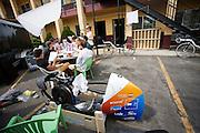 Het team neemt het draaiboek door. Het Human Power Team Delft en Amsterdam (HPT), dat bestaat uit studenten van de TU Delft en de VU Amsterdam, is in Amerika om te proberen het record snelfietsen te verbreken. Momenteel zijn zij recordhouder, in 2013 reed Sebastiaan Bowier 133,78 km/h in de VeloX3. In Battle Mountain (Nevada) wordt ieder jaar de World Human Powered Speed Challenge gehouden. Tijdens deze wedstrijd wordt geprobeerd zo hard mogelijk te fietsen op pure menskracht. Ze halen snelheden tot 133 km/h. De deelnemers bestaan zowel uit teams van universiteiten als uit hobbyisten. Met de gestroomlijnde fietsen willen ze laten zien wat mogelijk is met menskracht. De speciale ligfietsen kunnen gezien worden als de Formule 1 van het fietsen. De kennis die wordt opgedaan wordt ook gebruikt om duurzaam vervoer verder te ontwikkelen.<br /> <br /> The Human Power Team Delft and Amsterdam, a team by students of the TU Delft and the VU Amsterdam, is in America to set a new  world record speed cycling. I 2013 the team broke the record, Sebastiaan Bowier rode 133,78 km/h (83,13 mph) with the VeloX3. In Battle Mountain (Nevada) each year the World Human Powered Speed Challenge is held. During this race they try to ride on pure manpower as hard as possible. Speeds up to 133 km/h are reached. The participants consist of both teams from universities and from hobbyists. With the sleek bikes they want to show what is possible with human power. The special recumbent bicycles can be seen as the Formula 1 of the bicycle. The knowledge gained is also used to develop sustainable transport.