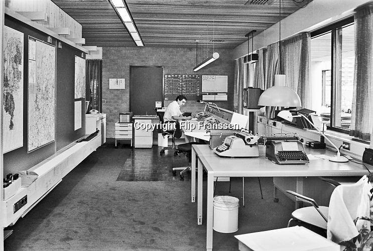 Nederland, Nijmegen, 15-6-1979Meldkamer van de ambulance, spoedeisende hulp, in het gebouw van de GGD,gemeentelijke gezondheidsdienst . Typemachine, vaste telefoon, papieren archief en roken.Foto: Flip Franssen