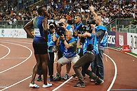 Friidrett<br /> 06.06.2013<br /> IAAF Diamond League<br /> Golden Gala Roma Italia<br /> Foto: imago/Digitalsport<br /> NORWAY ONLY<br /> <br /> Usain Bolt surrounded by photographers<br /> 100 meter