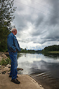 USA, Oregon, Willamette Mission State Park, a man at the Willamette River from the Wheatland Ferry landing, MR