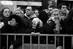 I riti della Settimana Santa a Taranto, i fedeli attendono il rientro delle statue alla Chiesa del Carmine.