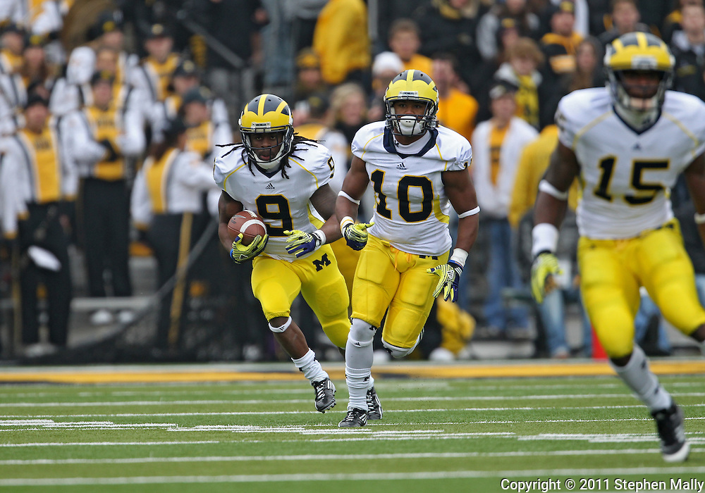 November 05, 2011: Michigan Wolverines returner Martavious Odoms (9) runs back a kick as Michigan Wolverines wide receiver Jeremy Gallon (10) and Michigan Wolverines running back Michael Cox (15) look for blocks during the second half of the NCAA football game between the Michigan Wolverines and the Iowa Hawkeyes at Kinnick Stadium in Iowa City, Iowa on Saturday, November 5, 2011. Iowa defeated Michigan 24-16.