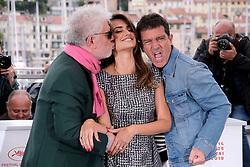 May 18, 2019 - Cannes, Provence-Alpes-Cote d'Azu, France - 72eme Festival International du Film de Cannes. Photocall du film ''Douleur et Gloire''. 72th International Cannes Film Festival. Photocall of ''Dolor y gloria'' movie....239401 2019-05-18 Provence-Alpes-Cote d'Azur Cannes France.. Banderas, Antonio; Cruz, Penelope; Almodovar, Pedro (Credit Image: © Philippe Farjon/Starface via ZUMA Press)