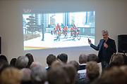 Vincent Luijendijk van de KNWU geeft een lezing over fietsen. In Delft presenteert het Human Power Team het ontwerp van hun nieuwe fiets, de VeloX 8. In september wil het Human Power Team Delft en Amsterdam, dat bestaat uit studenten van de TU Delft en de VU Amsterdam, tijdens de World Human Powered Speed Challenge in Nevada een poging doen het wereldrecord snelfietsen voor vrouwen te verbreken met de VeloX 8, een gestroomlijnde ligfiets. Het record is met 121,81 km/h sinds 2010 in handen van de Francaise Barbara Buatois. De Canadees Todd Reichert is de snelste man met 144,17 km/h sinds 2016.<br /><br />In Delft the Human Power Team presents the VeloX 8. With the VeloX 8, a special recumbent bike, the Human Power Team Delft and Amsterdam, consisting of students of the TU Delft and the VU Amsterdam, also wants to set a new woman's world record cycling in September at the World Human Powered Speed Challenge in Nevada. The current speed record is 121,81 km/h, set in 2010 by Barbara Buatois. The fastest man is Todd Reichert with 144,17 km/h.