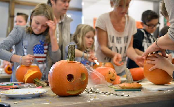 Nederland, Hemmen. 20-10-2012Pompoenen uithollen bij het Pakhuis.Foto: Flip Franssen/Hollandse Hoogte