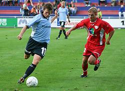 FODBOLD: Paw Bendixen (Helsingør) følges af Henrik Olsen (B.93) under kampen i Landspokalturneringen, 2. runde, mellem Elite 3000 Helsingør og B.93 den 23. august 2006 på Helsingør Stadion. Foto: Claus Birch