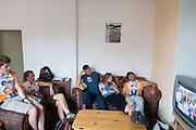 Tijdens het wachten kijken teamleden naar de Tour de France. HPT Delft en Amsterdam is in Senftenberg voor de recordpogingen op de Dekra baan.<br /> <br /> The team is watching the Tour de France while waiting.The Human Power Team Delft and Amsterdam has arrived in Senftenberg (Germany) to break the world record on the one hour time trial at the Dekra test track.