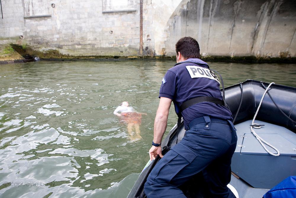 Paris, France. 7 Mai 2009..Brigade Fluviale de Paris..16h21 Sauvetage d'une femme suite a une tentative de suicide..Paris, France. May 7th 2009..Paris fluvial squad..4:21pm Salvage of a woman following a suicide.