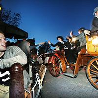 Nederland, Amsterdam , 9 juli 2011..Nachtrit aanspanning..Op 9 juli gaan we weer Amsterdam in met onze Nachtrit. Onder begeleiding van 16 .motorverkeersregelaars van het BMTN zullen we vanaf de P15 naar het Vondelpark rijden, .waar we stoppen om de lampen aan te steken en vervolgens rijden we over pleinen, straten .en grachten in de gezellige Amsterdamse zaterdagavond-drukte weer naar de Noordermarkt .voor de pauze. Na het drankje en hapje, de haring en het sigaartje vertrekken we dan weer .voor het tweede deel van de tocht en komen we rond 0.30 uur weer terug op de P15. .Op de foto komen de koetsen rond 22.45u aan op de hoek Prinsengracht Noordermarkt..Foto:Jean-Pierre Jans