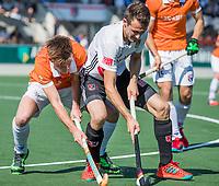 AMSTELVEEN  - Hockey -  1e wedstrijd halve finale Play Offs dames.  Amsterdam-Bloemendaal (5-5), Bl'daal wint na shoot outs.  Nicki Leijs (A'dam) met Thierry Brinkman (Bldaal)   COPYRIGHT KOEN SUYK