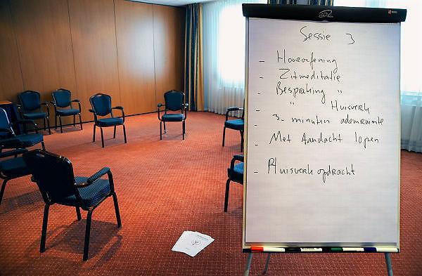 Nederland, Epen, 23-4-2008..Privé afkickkliniek U-center in de heuvels van Limburg. De kliniek werkt samen met het academisch ziekenhuis van de universiteit in Maastricht en is gevestigd in een voormalig hotel. Op de foto de ruimte waar groepsgesprekken gehouden worden...Foto: Flip Franssen