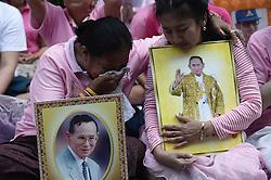 October 13, 2016 - Bangkok, Thailand - Thais react while they praying for Thai King Bhumibol Adulyadej at the Siriraj Hospital in Bangkok, Thailand on October 13, 2016. (Credit Image: © Wasawat Lukharang/NurPhoto via ZUMA Press)