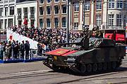 Koing WIllem-Alexander neemt in het bijzijn van vice-premier Hugo de Jonge, minister van Defensie Ank Bijleveld en staatssecretaris Barbara Visser het defilé af