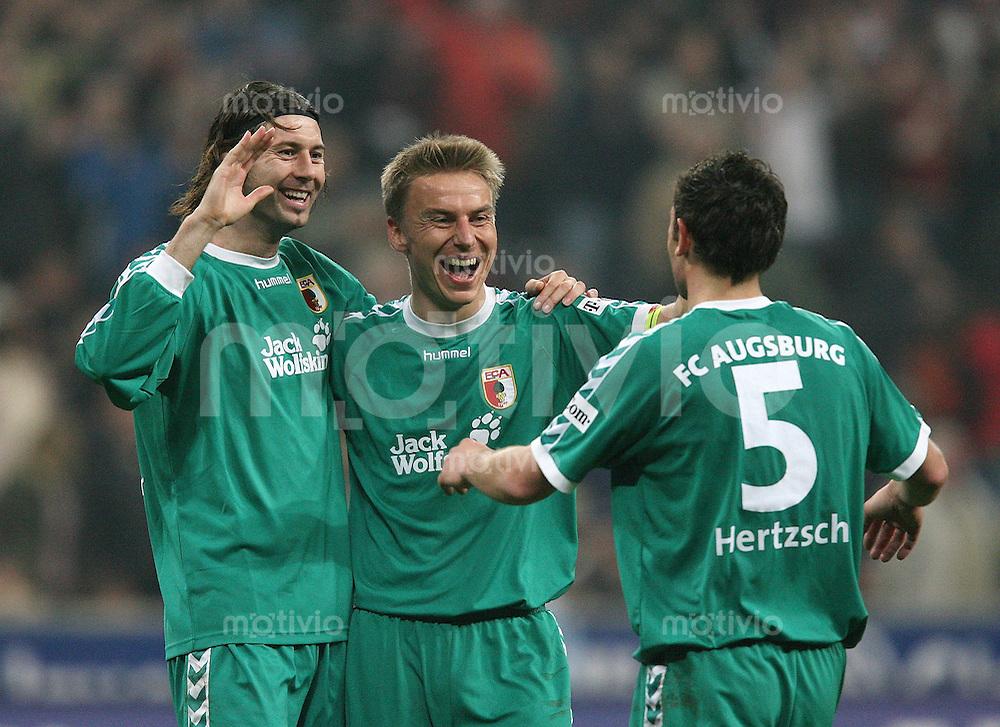 Fussball 2. Bundesliga Saison 2006/2007    26. Spieltag 1860 Muenchen 0-3 FC Augsburg JUBEL FC A; Soeren Dressler (mitte) umarmt Roland Benschneider und Ingo Hertzsch