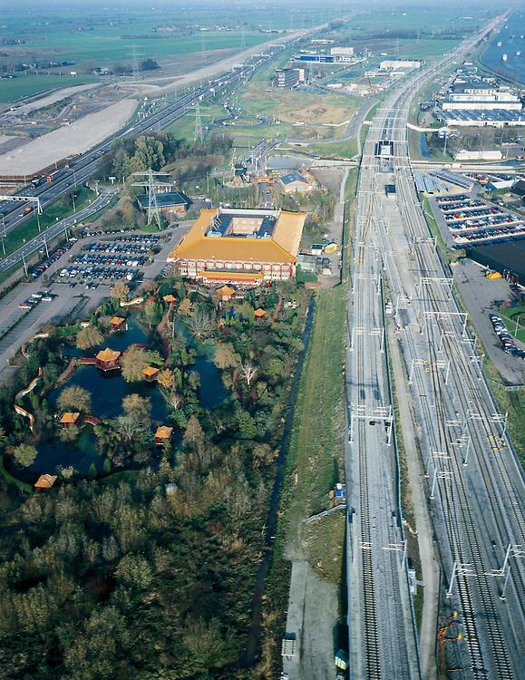 Nederland, Utrecht, Breukelen, 01-12-2005; Hotel Breukelen ingeklemd tussen Rijksweg A4 (Amsterdam - Utrecht, links) en sporen van de NS (van Amsterdam naar respectievelijk Woerden (aftakking naar links) en hoofdspoor naar Utrecht (rechts)); het hotel-restauarant is onderdeel van het Van der Valkconcern, oorspronkelijk gebouwd als Europa's grootste Chinese restaurant, is een kopie van het Chinese keizerlijk paleis uit de verboden stad in Peking en voorzien van een tuin in Chinese stijl; links van de A2 het zandlichaam voor de toekomstige verbreding van deze snelweg;.Nederlandse Spoorwegen, Rail 21 (uitbreiding spoornet) trein, autosnelweg, infrabundel, infrastructuur, planologie, verkeer en vervoer, parkeren, parkeerterrein. mobiliteit, bereikbaarheid; van der valk, toekan, horeca,  Chinees;<br /> luchtfoto (toeslag), aerial photo (additional fee)<br /> foto /photo Siebe Swart
