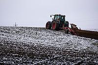 Podlasie, 30.11.2020. Pierwsze wieksze opady sniegu na Podlasiu tej zimy N/z orka traktorem osniezonego pola fot Michal Kosc / AGENCJA WSCHOD