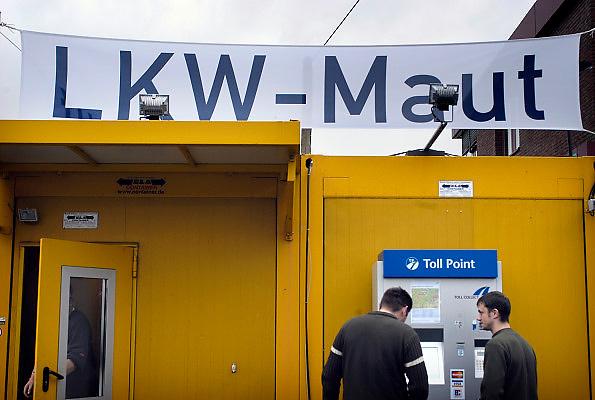 Nederland, A73, 3-1-2005Betaalautomaat voor de tol op de Duitse autobaan, snelweg. Grensovergang Duitsland.Vanaf 1 januari is de tolheffing voor vrachtverkeer van kracht. Kosten transport, logistiek, onkosten, tol, maut, tolweg, vrachtvervoer, vrachtwagen chauffeur, toll collectFoto: Flip Franssen/Hollandse Hoogte