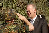 16 OCT 2001, BERLIN/GERMANY:<br /> Rudolf Scharping, SPD, Bundesverteidigungsminister, waehrend eines Besuches der Infanterieschule des Heeres, Hammelburg<br /> IMAGE: 20011016-01-003<br /> KEYWORDS: Bundeswehr, Armee