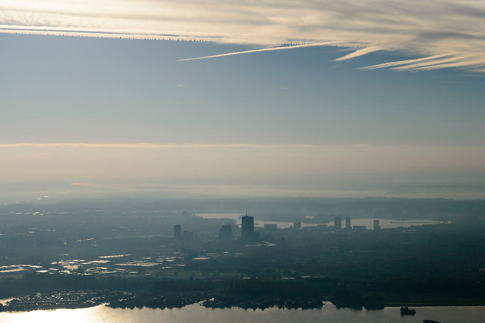 Nederland, Flevoland, Almere Stad, 04-11-2018; centrum Almere, contouren van de hoogbouw in tegenlicht met Weerwater in de achtergrond, voorgrond Noorderplassen.<br /> Contours of the high-rise buildings Almere in backlight.<br /> <br /> luchtfoto (toeslag op standaard tarieven);<br /> aerial photo (additional fee required);<br /> copyright © foto/photo Siebe Swart