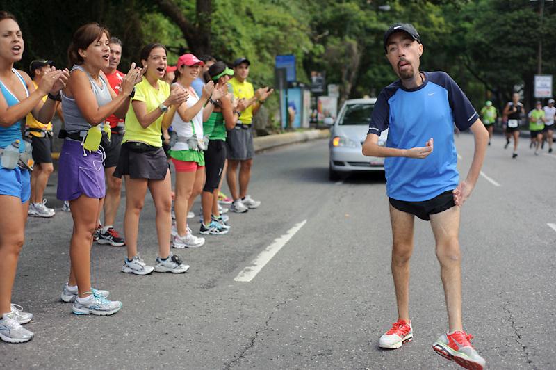 Maickel Melamed es aplaudido por los corredores de la carrera 21K de Plaza´s. Maickel realiza 26KM como parte de su entrenamiento para correr el maraton de NY 2011.