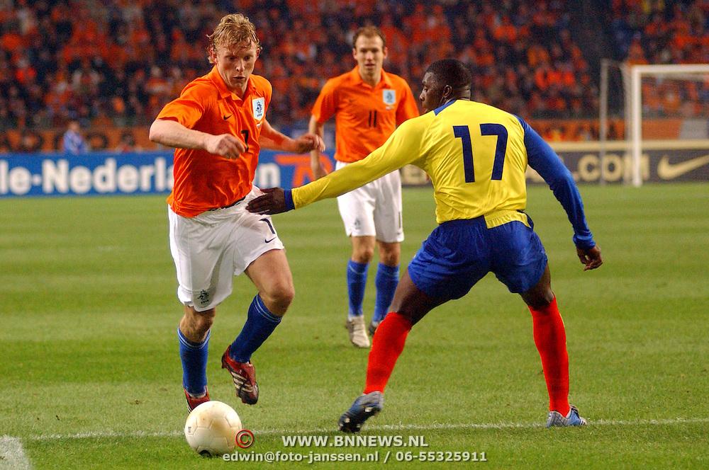 NLD/Amsterdam/20060301 - Voetbal, oefenwedstrijd Nederland - Ecuador, Dirk Kuyt en word gestopt door Giovanny Espinoza