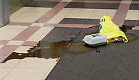 26.11.2014 Bialystok Rolnicy protestujacy z powodu zbyt niskich - ich zdaniem - odszkodowan  za szkody wyrzadzone przez dziki, wyleli w holu Podlaskiego Urzedu Wojewodzkiego banke gnojowicy. Cala sprawa ma zwiazek z choroba ASF ( afrykanski pomor swin ), przez ktora zawieszono polowania na dziki, co z kolei przyczynilo sie do zwiekszenia ich liczebnosci. Obecnie odstrzal jest juz prowadzony, ale zdaniem rolnikow zbyt pozno N/z banka z gnojowica w holu PUW fot Michal Kosc / AGENCJA WSCHOD