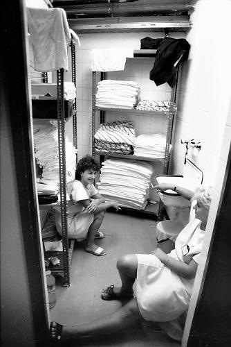 Hongarije, Boedapest, 12-6-1989 Verschillende straatbeelden van de stad. straatbeeld,stadsbeeld,straatgezicht,stadsgezicht, Twee kamermeisjes roken een sigaret in de lakenkast van een hotel waar westerse gasten verblijven .Foto: Flip Franssen
