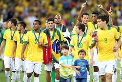 Jogadores comemoram a vitória do Brasil na partida contra a Espanha, válida pela final da Confederações 2013, no estádio Maracanã, no Rio de Janeiro. FOTO: Jefferson Bernardes/Preview.com