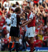 Fotball<br /> Premier League 2004/05<br /> Arsenal v Middlesbrough<br /> Highbury<br /> 22. august 2004<br /> Foto: Digitalsport<br /> NORWAY ONLY<br /> DENNIS BERGKAMP ARSENAL CONSOLES RAY PARLOUR  MIDDLESBROUGH