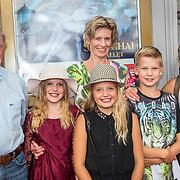NLD/Amsterdam/20170823 - Premiere Grootste Zwanenmeer ter wereld, Peter Kemper met partner en dochter en kleinkinderen