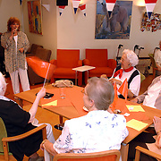 NLD/Huizen/20070430 - Koninginnedag 2007 Huizen, ouderenmiddag in de Rustmaat Huizen, zangeres treedt op voor bejaarden