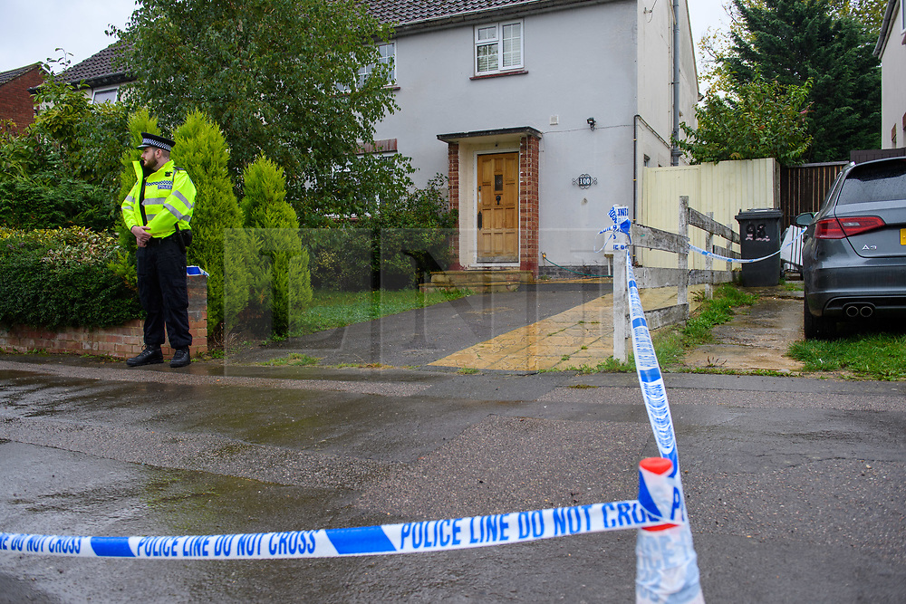 © Licensed to London News Pictures. 18/10/2021. Oxford, UK. A police officer stands outside a property cordoned off by police tape on Pinnocks Way, Botley in Oxfordshire following a fatal stabbing. Thames Valley Police were called to the property at approximately 21:05 BST on Sunday 17/10/2021. A man in his thirties died at the scene. A 33-year-old man from Oxfordshire has been arrested on suspicion of murder. Photo credit: Peter Manning/LNP
