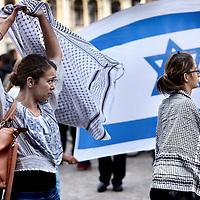 Nederland, Amsterdam , 17 juli 2014.<br /> n.a.v. de onrust tussen Palestijnen en de Joden in Israel is er vanuit Joodse kringen in Amsterdam een pro Israel demonstratie op de Dam georganiseerd.<br /> Op de foto: meisjes van Islamitische afkomst zwaaien tijdens de demonstratie met Palestijne vlaggen.<br /> Foto:Jean-Pierre Jans